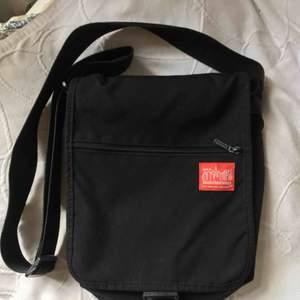 Väska  från Manhattan Portage NEW YORK. Bra skick med 3 fack, justerbar rem. Kan skicka fler bilder på förfrågan - köparen betalar frakt.