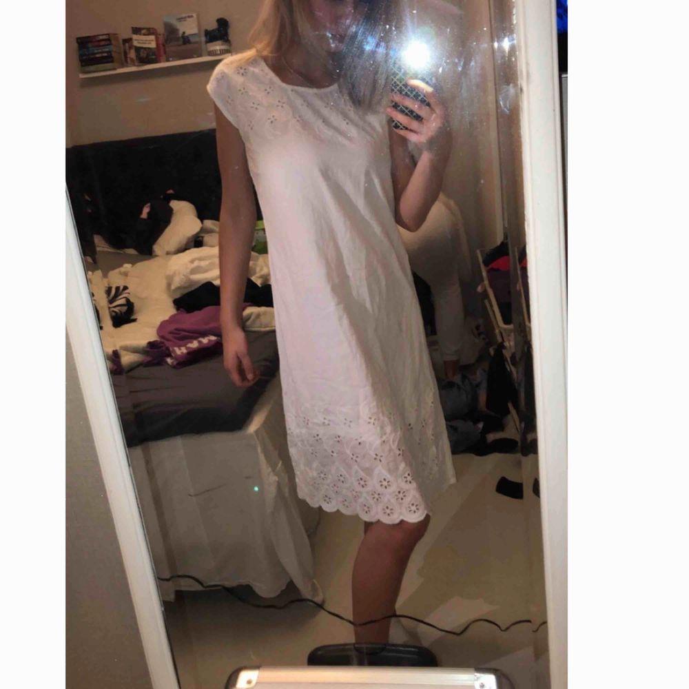 En vit klänning med fina detaljer! Går ner till knäna.. Klänningar.