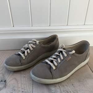 Sneakers i äkta mocka från Ecco i fint skick. Måttligt använda men inte så det påverkar:)
