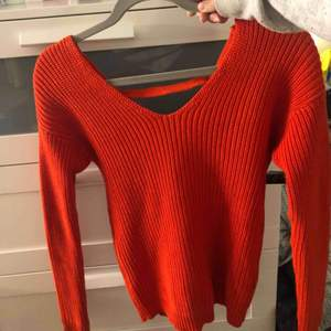 Superfina helt oanvänd röd stickad tröja. Öppen i ryggen med band att knyta. Perfekt till hösten och som sagt helt ny så i perfekt skick. Passar XS men även S. Pris kan definitivt diskuteras.