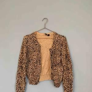 Fin leopard-kofta i vackra färger! Använd mycket men har hållit form och skick väldigt bra.😍🐆  Jag kan både mötas upp eller skicka!💌🤗