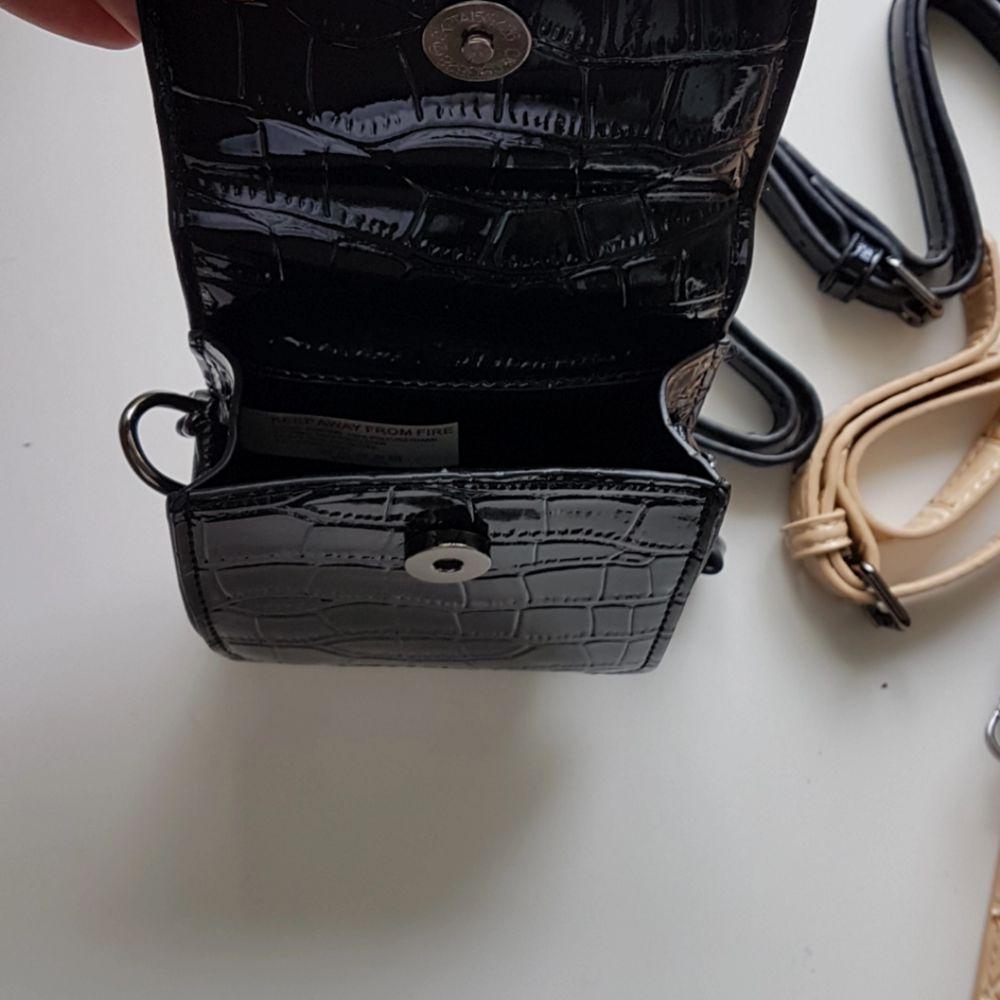 Säljer två jättefina väskor från Boohoo i svart och beige. Kedja samt justerbart och avtagbart band. 100kr/st vid köp av BÅDA får du de tillsammans för 130 kr. Du står för frakt om du inte kan mötas upp i Stockholm.. Väskor.
