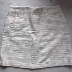 Vit kort kjol från mango! Inte använd. Prislapp finns t.om kvar. Strl S