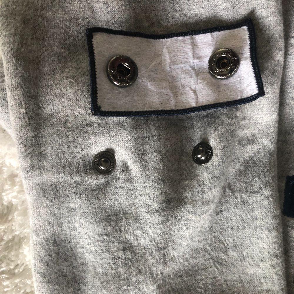 Sweatshirt nästan ny använd en gång. Inga fläckar och den är inte nopprig. Märket på armen går att ta av om man vill också bra att ta av när man ska tvätta den. Frakten står jag för. Ny pris 1500.. Huvtröjor & Träningströjor.