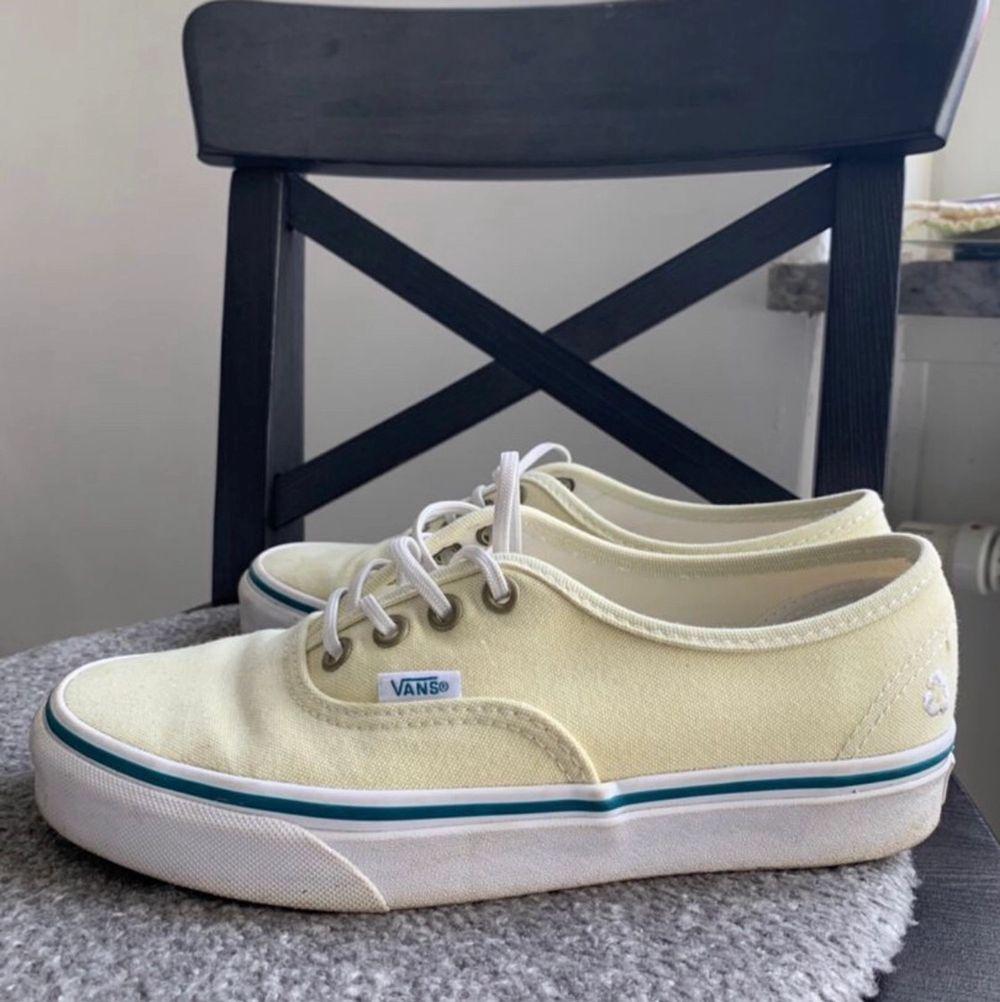 Lånade bilder av tjejen jag köpte dom av! Säljer dom då de var för stora för mig! . Skor.
