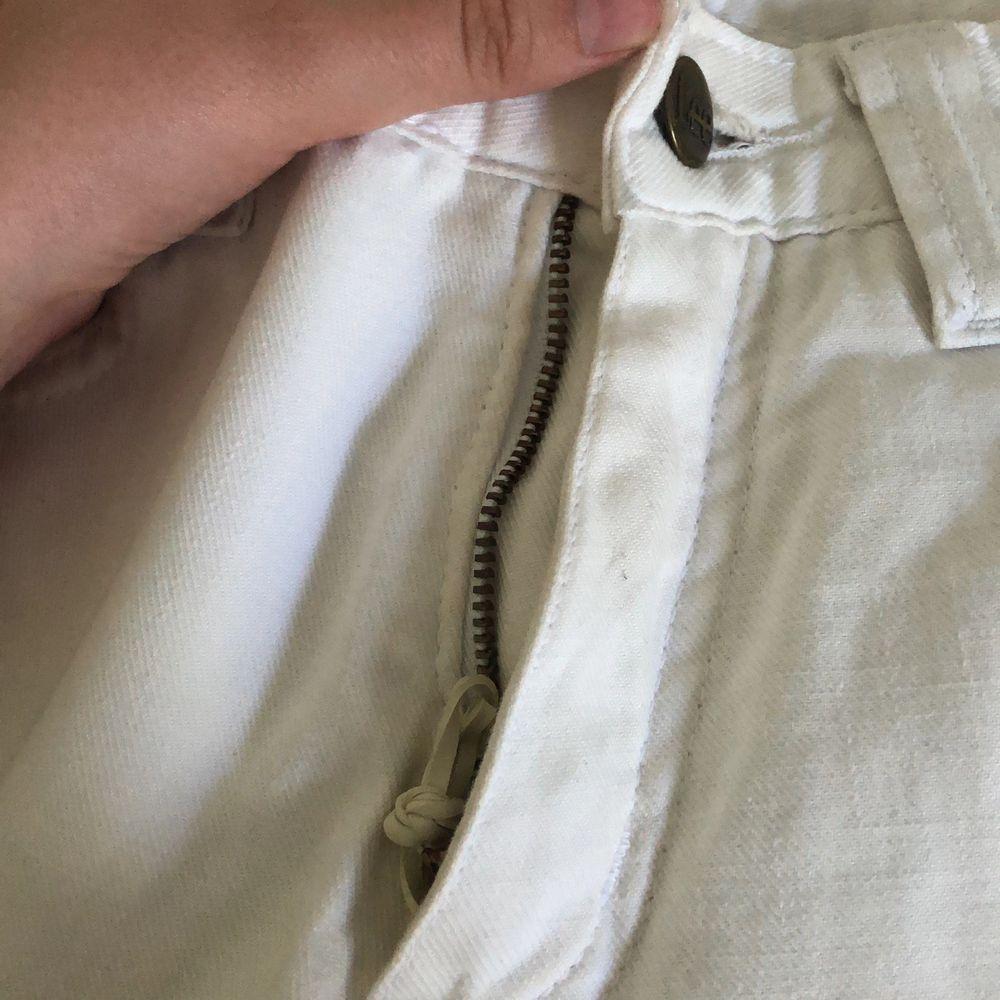 Ett par vita Bootcut jeans från Lee. Köpta här på plick men när jag fick dom fungerade inte dragkedjan så jag gjorde en snabblösning med en gummisnodd! Strl W26 L33.                                        250kr inkl frakt 💘. Jeans & Byxor.
