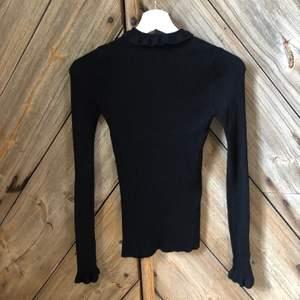 Söt och stilren ribbad tröja 🖤 Sluter sig superfint på kroppen med aningen längre ärmar. Storlek XS - Skickas med spårbar frakt 63kr 📦
