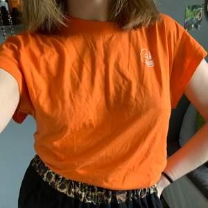 Orange tunn cheap monday T-shirt, färgen är som på 2a och 3e bilden 🦀 🦎1 plagg 30kr🦎2 plagg 50kr🦎3 plagg 70kr🦎4 plagg 95kr🦎5 plagg 120kr🦎