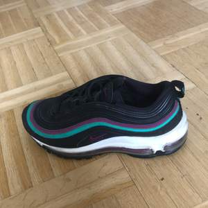 Jag säljer ett par 97or som är för små för mig. Det är storlek 39 men de är väldigt små i storleken. De är använda hyfsat mycket och har tappat lite färg på högra skon som ni ser i bilden. Jag skulle säga att de är 6,5/10 i skick.