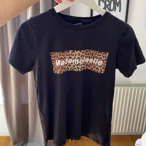 Vanlig svart T-shirt med leopard tryck