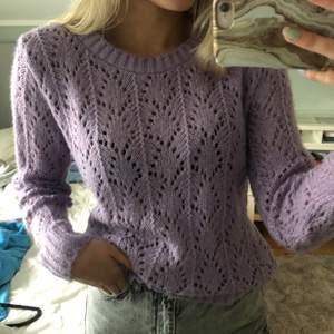 Jättemysig lila stickad tröja. Superbra skick då den är använd endast 1 gång. Storlek M men passar även mig som oftast har storlek S/XS. Frakt på 44kr tillkommer 🥰