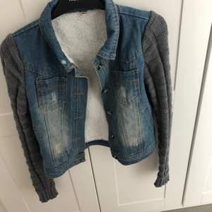 Säljer min jeans jacka med stickade ärmar men även jätte skönt får pälsimitation som innerfoder. Väldigt skön och snygg!🥰