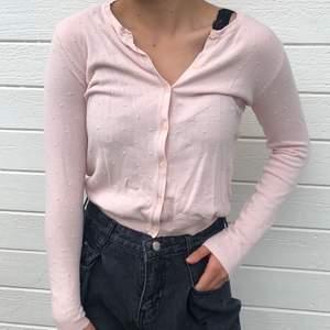 ljusrosa tunn/finsrickad tröja från MANGO basics i storlek xs. kan bäras uppknäppt som en kofta eller som på bilden!