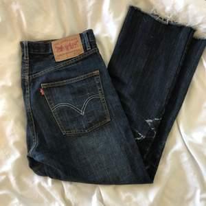Levis jeans i storlek W30 L30! Köpt second hand och har akryl färg fast på benet:/ 😳 återkommer med frakt!