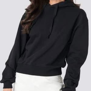 Svart hoodie , jätte skön Köparen står för frakten , kan ge dig personligen ifall du bor iKatrineholm och Linköping