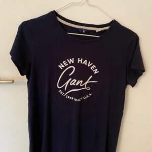 Marinblå T-shirt från Gant! Jätteskönt material, använd ett fåtal gånger. Säljer pga den ej kommer till användning!