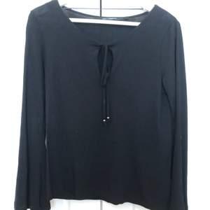 Svart tröja ifrån Kappahl med lite vidare armar ner till, tröjan är i fint skick. Köparen står för frakten.