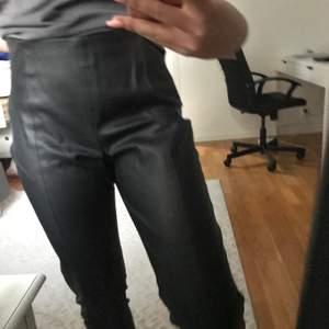 Ett par svarta fake skinbyxor som har ett jätte skönt material, det sitter inte alls obekvämt någonstans. Några detaljer som den har är att den har dragkedjor vid benen och vid sidan av höfterna. Varför jag inte behåller byxorn är för att de är stora.