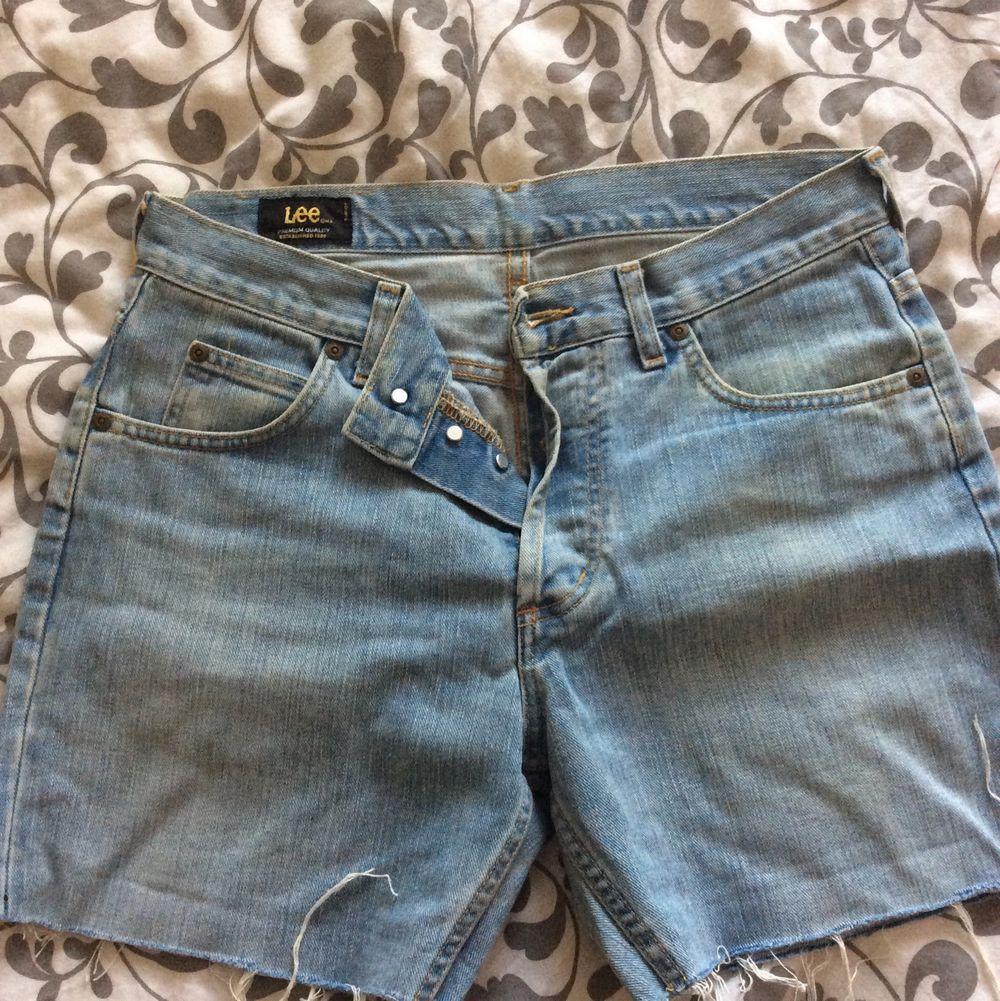 Avklippta jeans av märket Lee. Höga i midjan. Slit dem som du vill! Det kommer bli sommar igen och du behöver de här.. Shorts.