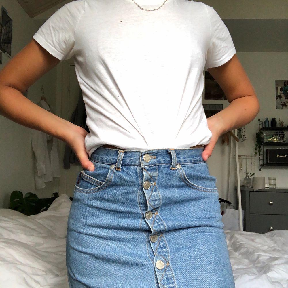 En blå jeanskjol som jag har köpt secondhand! Använd en gång av mig! Superskön och sitter jättefint! Kan mötas upp i Malmö annars står köparen för frakt❤️. Kjolar.