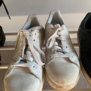 Säljer dessa fina skor. Stolek 36 men stora i storleken. Skicket är inte bästa därför priset