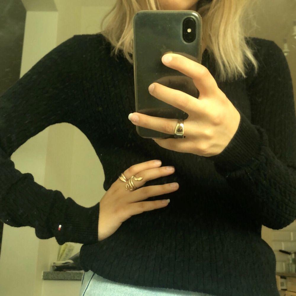 Jättefin svart kabelstickad tröja från Tommy Hilfiger. Den är svart och i bra skick, frakt tillkommer!💞 Storlek XS-S?. Stickat.