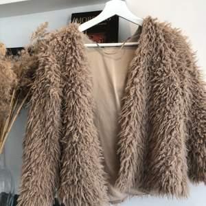Beige fluffig och mjuk jacka, köparen står för frakt📦