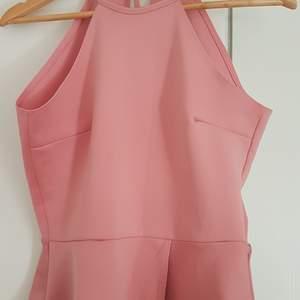 Rosa linne i stretchigt tyg, storleken är i M men passar nog som L också. Går att knyta i nacken. Har endast blivit använd några gånger och är i gott skick
