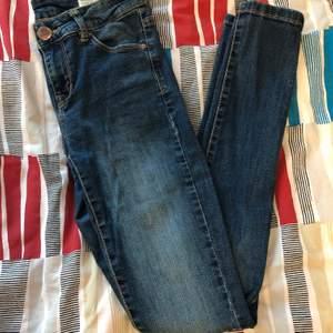 Fina mörkare blå skinny jeans från Lager 157. Långa ben, jag är 165 kunde vika de dubbelt ganska brett vid anklarna. Sitter tajt. För små för mig nu. Knappen har tappat färgen lite annars inga skador.