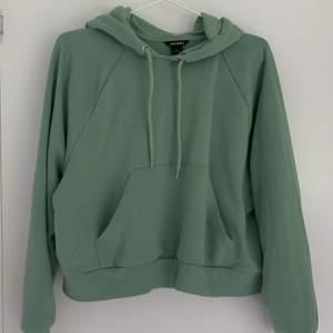 Jättefin luvtröja från Monki i en trendig grön färg! Mycket sparsamt använd och säljes på grund av att den inte riktigt används hos mig. Storlek XS! 50kr + frakt