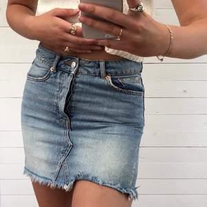 Högmidjad jeanskjol från Gina i ljus tvätt. Har använts flitigt under några år men är fortfarande i fint skick. Säljer då den blivit för liten för mig som är 175 cm lång. Sista bilden är från när den fortfarande passade mig bra. Hör av er vid intresse! 💓