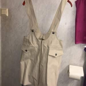 Beige hängselklänning från Maria Lindberg Design, okänd storlek men ganska stor i storlek