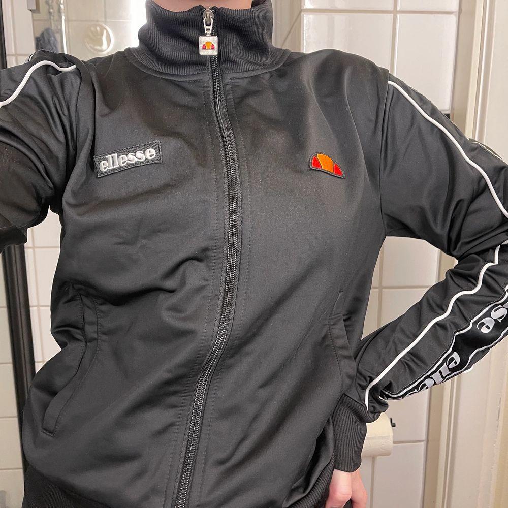 supercool tröja från Ellesse!! Använd fåtal gånger, i väldigt fint skick🌸 pris kan diskuteras vid snabb affär. Tröjor & Koftor.