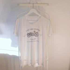 Go vintage T-shirt från Kiwi-St Tropez i Gött skick! Storlek: MDirekt pris: 50kr, Skriv buden till mig privat eller kommentera på bilden!  Kan även mötas upp mellan Varberg & Göteborg Köpare står för frakten (Du bestämmer vilket paket så länge det uppfyller vikt och storleks kraven)