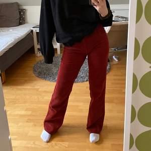 Vinröda/orangea manschesterbyxor med lite bootcut. Skitsnygga men kommer tyvärr inte till användning. Jag är 167 cm. Köparen står för frakten.💫💓