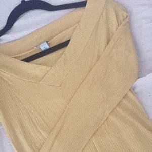 Gul tröja inte användt alls 💛, kan sälja vid en snabb affär 😀