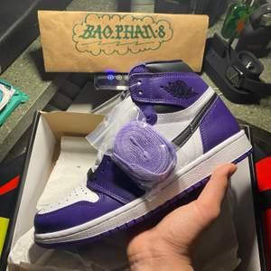 Hej ! Säljer Jordan 1 court purple 2.0 - finns instock 3 par kvar - size: 40.5 EU - 41 EU - Alla paren DS & Legit checkad - China market par - sticker under box - Og all, för mer info DM mig gärna 🙏🏾🖤