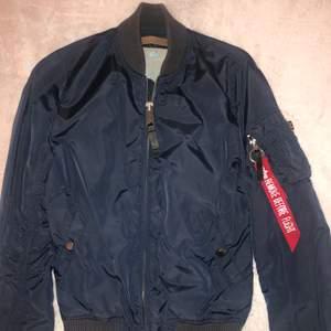 Använd ett par gånger                                                  Märke : Äkta Alpha Industries                                          Färg : Marinblå/mörkblå, orange insidan                        Nypris : 1999kr                                                                Säljes för : 600kr