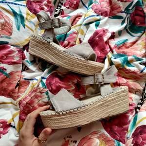 Snygga sandaler, köpta i Köpenhamn. Aldrig använda. Säljer allt* för 20-30kr i min profil nu! Så gå in och kolla vetja!🤩✨🌸