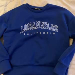 ! KÖPVILKOR I MIN BIO ! Säljer min superfina sweatshirt från shien, använd endast en gång så jag inte passade i färgen:( 💙 buda i kommentarerna!💙