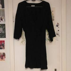 Jättefin omlottklänning! Knappt använd och i väldigt fint skick. Är tyvärr för liten för mig så därför söker den nytt hem. 🌱