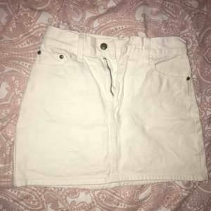 Plagget är välanvänd. Materialet på tyget är jeans, lagom tjockt. Den är tillverkad i Asian och är i storlek L (enligt asiatiskt mått), skulle tro att den motsvara 34/36.