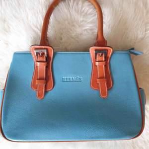 Fin turkos handväska!✨👜 31x20cm, Hermes kopia. Många fack till telefon, plånboken, smink osv - frakt 75kr