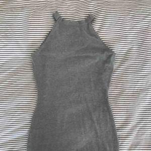 Figursydd miniklänning från Gina Tricot. Nypris runt 300kr. Använd ett fåtal gånger. Grå, superskön, figursydd miniklänning som man även kan göra till en midiklänning. Köptes för 3 år sedan och endast används 3-4 gånger, då jag har för många klänningar.