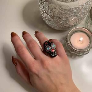 Cool sugar skull (calavera) ring, skulle säga att den är en S/M. för stor för mig som vanligtvis har storlek 50 i ringar för ringfingret Kan fraktas för 20 kr, annars möte i malmö