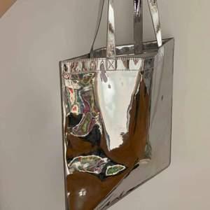 Oanvänd metallic-väska/påse. Stadig i materialet. Kan posta eller så möts vi upp i City.