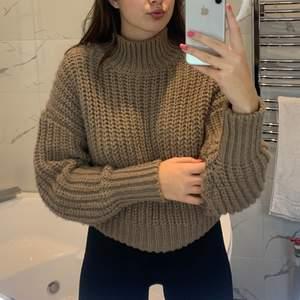 En jätte gosig stickad tröja perfekt till hösten och vintern. Sticks inte utan väldigt mjuk. Endast använd några enstaka gånger! Den sista bilden representerar färgen bäst😊💕 (priset är exklusive frakt om de ej går att mötas upp)