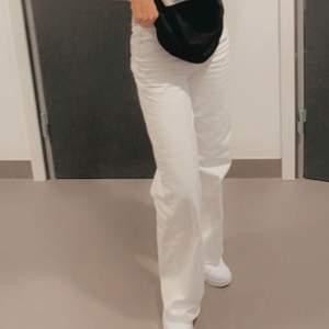 Ett par vita raka jeans som jag funderar på att sälja. Denna storleken är slutsåld i min närmaste butik. Den passar perfekt till mig som är runt 1,67 cm. Den är raw cut så man kan klippa så den passar sin längd.