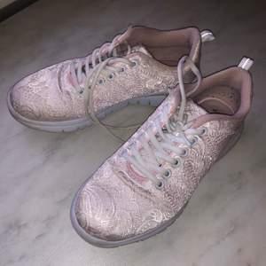Knappt använda, men några små slitningar i tyget på insidan av skorna. Se bild. Köparen står för frakten.