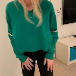 En grön tröja i storlek s,andvänd typ 3 gånger o säljer pga storleken börjar bli liten❤️